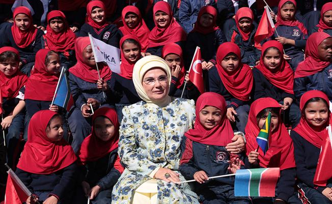 Emine Erdoğan, Kütüphane ile Maarif Vakfı Ofisi'nin açılışını yaptm