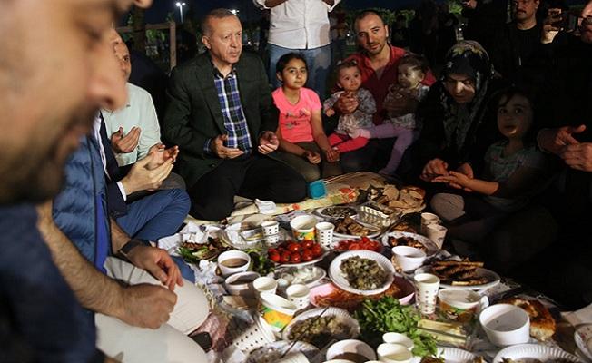 İstanbul'da vatandaşlarla iftar yaptı