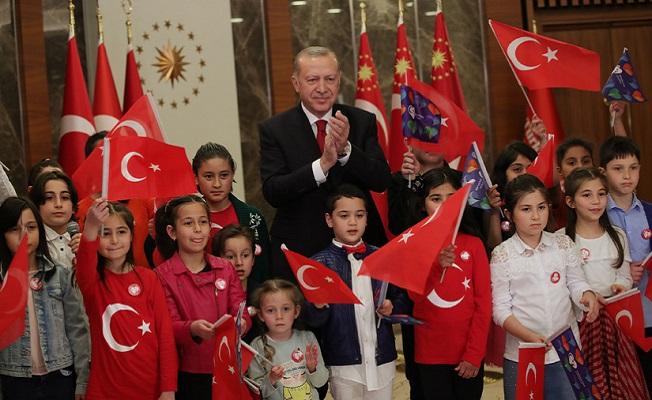 Cumhurbaşkanı Erdoğan çocuklarla birlikte İstiklal Marşını okudu