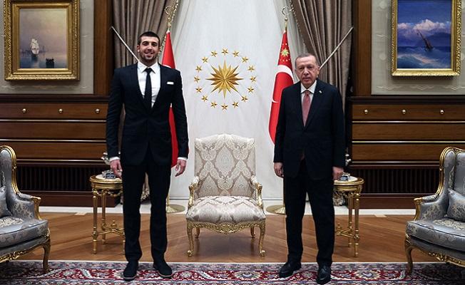 Cumhurbaşkanı Erdoğan, millî yüzücü Sakçı'yı kabul etti