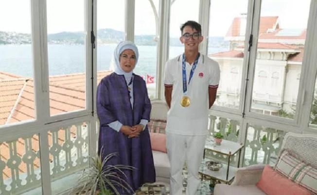Emine Erdoğan, olimpiyat şampiyonu millî okçu Mete Gazoz'u kabul etti