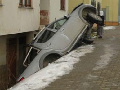 Arabayı apartman boşluğuna soktu!