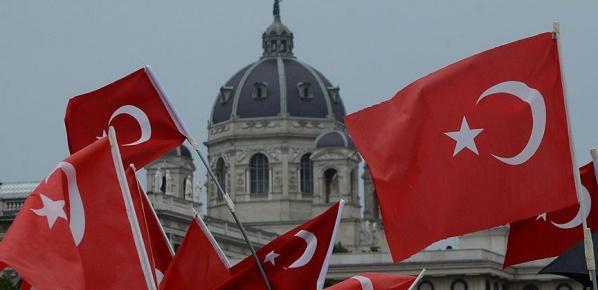 Avusturya'da Türk bayrağı asmak yasaklandı