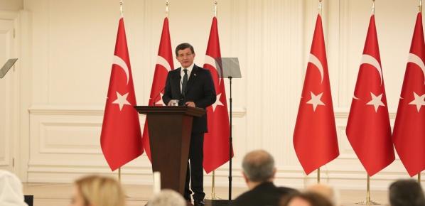 Başbakan Davutoğlu, terör saldırısının yaşandığı alana karanfil bıraktı