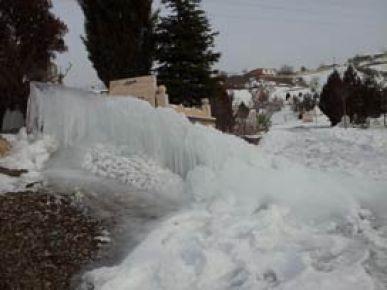 Borusundan fışkıran su buz kütlesi oluşturdu