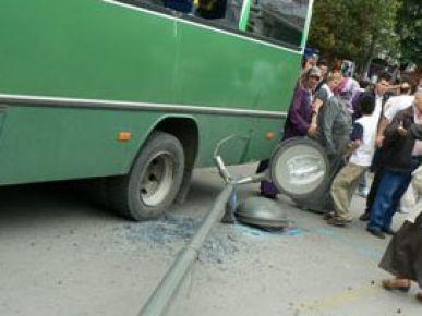 Elektrik direği otobüsün üzerine devrildi