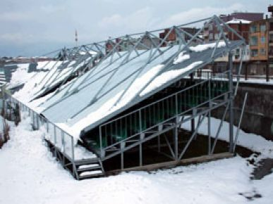 Kar stadyumun çatısını çökertti