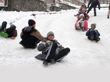 Kar yağışının okulları tatil ettiği iller