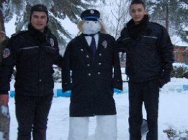 Öğrenciler kardan polis yaptılar!