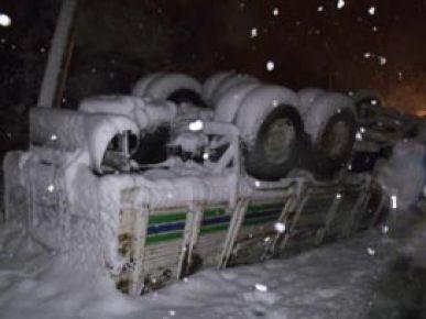 Sebze yüklü kamyon köprüden düştü: 1 yaralı