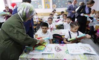 Emine Erdoğan, geri dönüşümden elde edilen defterleri öğrencilere dağıttı