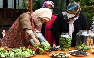 Emine Erdoğan, Ankara Çubuk'ta kadınlarla turşu kurdu